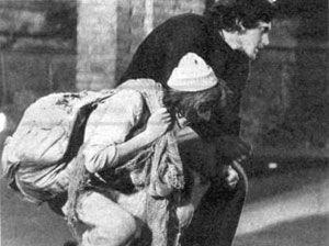 """Una foto di scena di """"Orfeo 9"""" con Tito Schipa Jr. e, in primo piano, Edoardo Nevola, nel ruolo di vivandiere"""